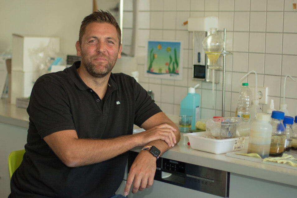 Willy Lenk Im Schülerlabor des Klärwerks Kaditz. Der Abwasserexperte hilft, vietnamesische Lehrkräfte und Ausbilder in ihrem Heimatland zu qualifizieren.