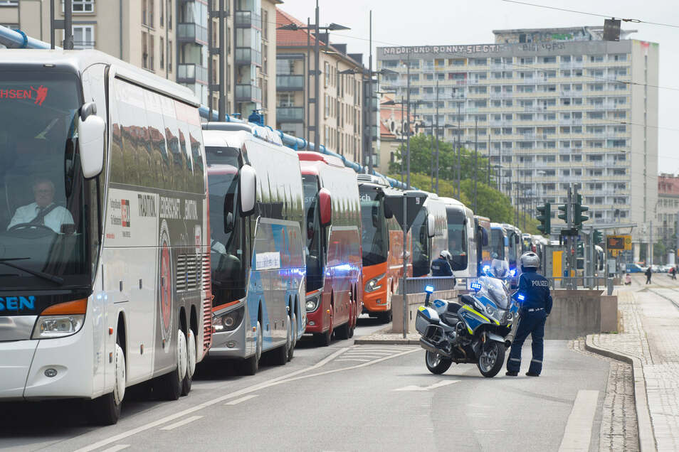 Schon Ende April rollte eine Bus-Kolonne durch Dresden. Am Mittwoch will die Reisebranche abermals demonstrieren.