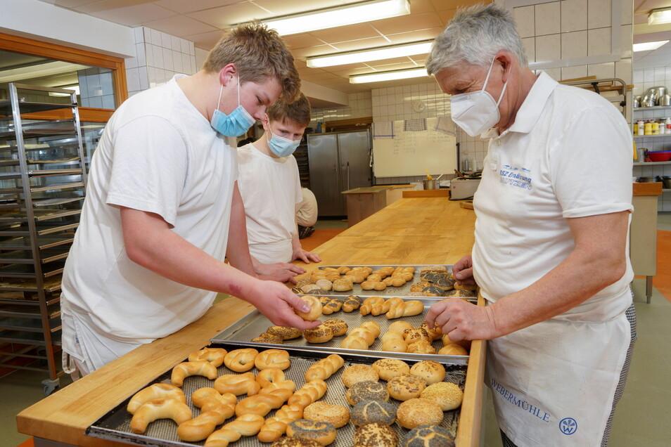 Marc Schleichert (l.), Jonas Menzel lassen sich derzeit in Bautzen zum Bäcker ausbilden, unter anderem von Rüdiger Bär (r.). Sie gehören damit zu den Letzten, die das hier vor Ort tun können.