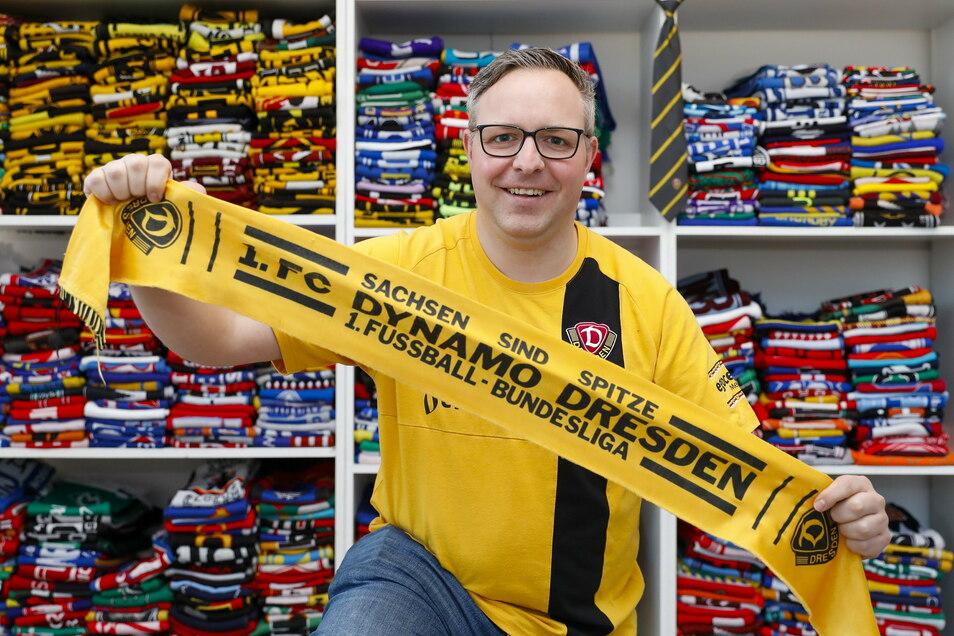 Fan-Schal-Sammler Eric Hanspach mit einem seiner 900 Schals.