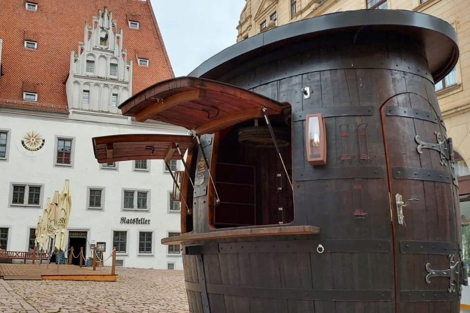 Der Wein-Pavillon steht schon am Markt.
