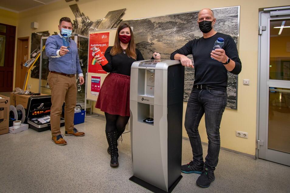Der Wasserspender ist im Foyer der Oberschule installiert worden. Darüber freuen sich Robert Heidrich (links) von der Kreissparkasse Döbeln und Schulleiter Jan Genscher. Lehrerin Nadine Müller hat mit ihren Kollegen das Projekt maßgeblich begleitet.