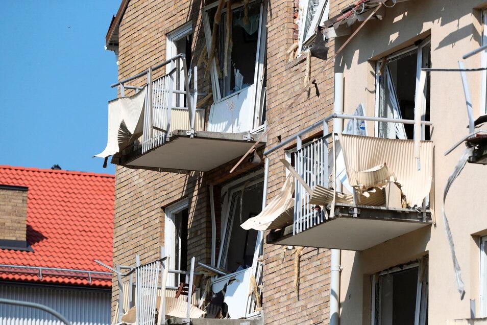 Blick auf beschädigte Balkone und Fenster nach einer Explosion in dem Mehrfamilienhaus in Linköping.