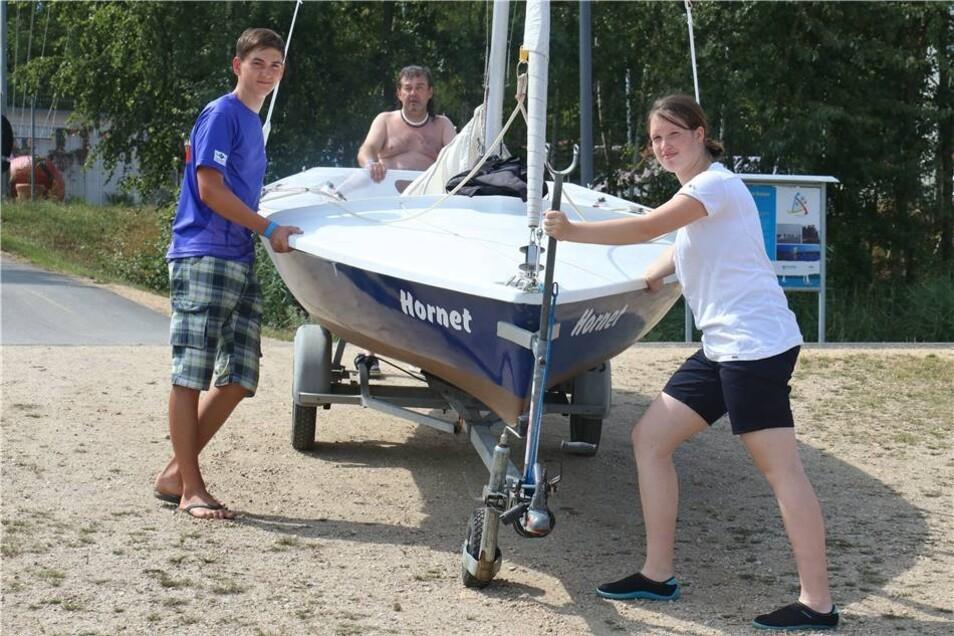 """Die Gastgeber waren natürlich auch mit einem Team vertreten. Hier bringen Zofia Eckert und Fritz Fiebig vom Segelclub Schönau-Berzdorf ihr Segelboot """"Hornet"""" ins Wasser."""