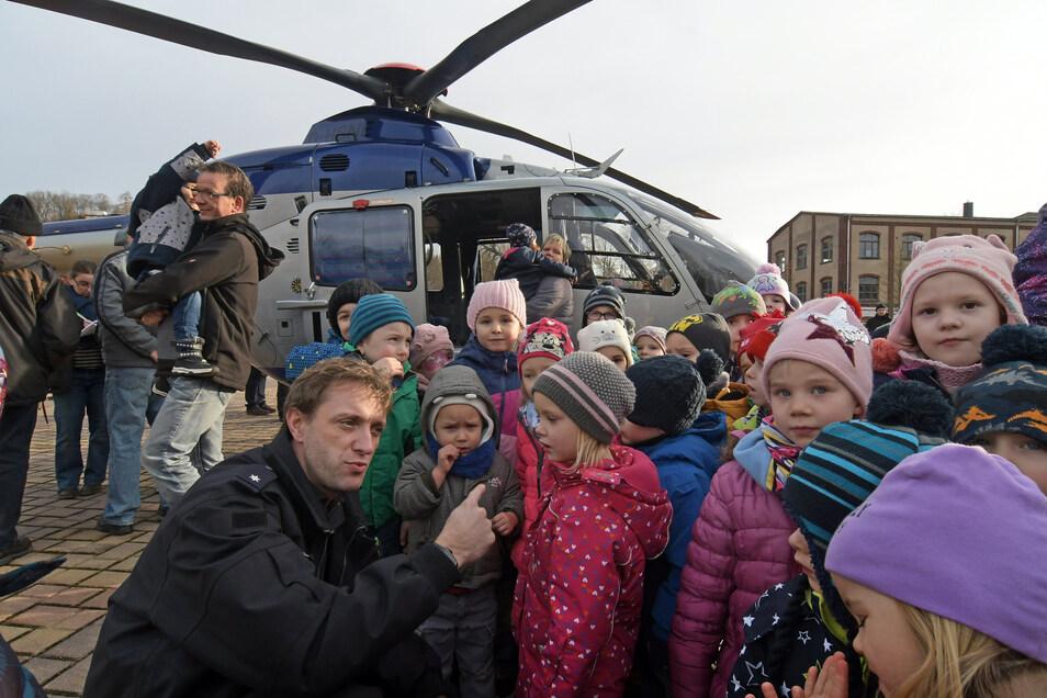 Pierre Courtois ist Operator in der sächsischen Hubschrauberstaffel der Landespolizei. Er und seine Kollegen landeten am Dienstagvormittag auf dem Roßweiner Festplatz und nahmen sich viel Zeit, die Fragen der kleinen Zaungäste zu beantworten.