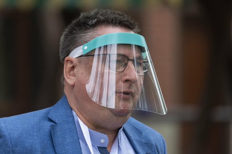 Dresdens Klubchef Michael Becker schützt sich mit diesem Visier vor dem Coronavirus.