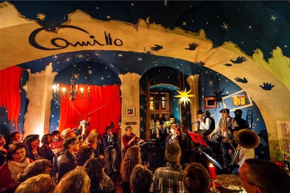 Mit Klezmer-Musik wartete Sehne Khaloymes auf und brachten so das zahlreich erschienen Publikum im Camillo zum Tanzen.