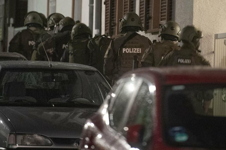 SEK- Beamte der Polizei Frankfurt beim Zugriff am Hauptbeschuldigten in einer bundesweiten Razzia gegen Kriminalität im Sicherheitsgewerbe. Bei dem in Frankfurt festgenommenen Mann handelt es sich um einen Mann aus dem Umfeld der Hells-Angels.
