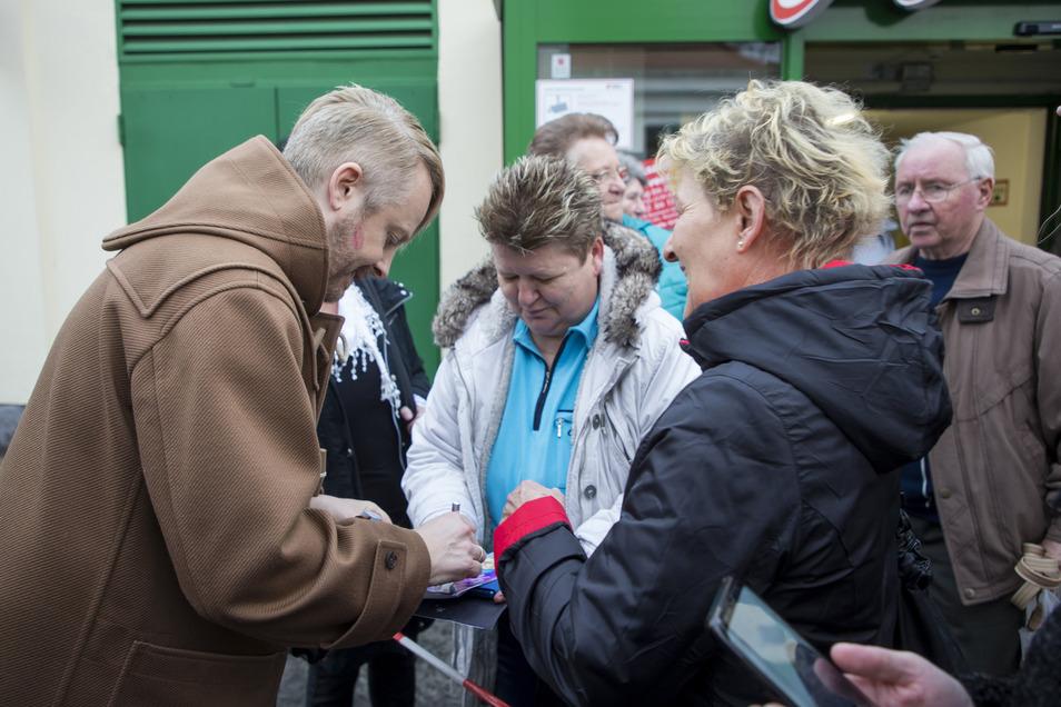 Ross Antony gab bereitwillig Autogramme für seine zahlreichen Freitaler Fans.