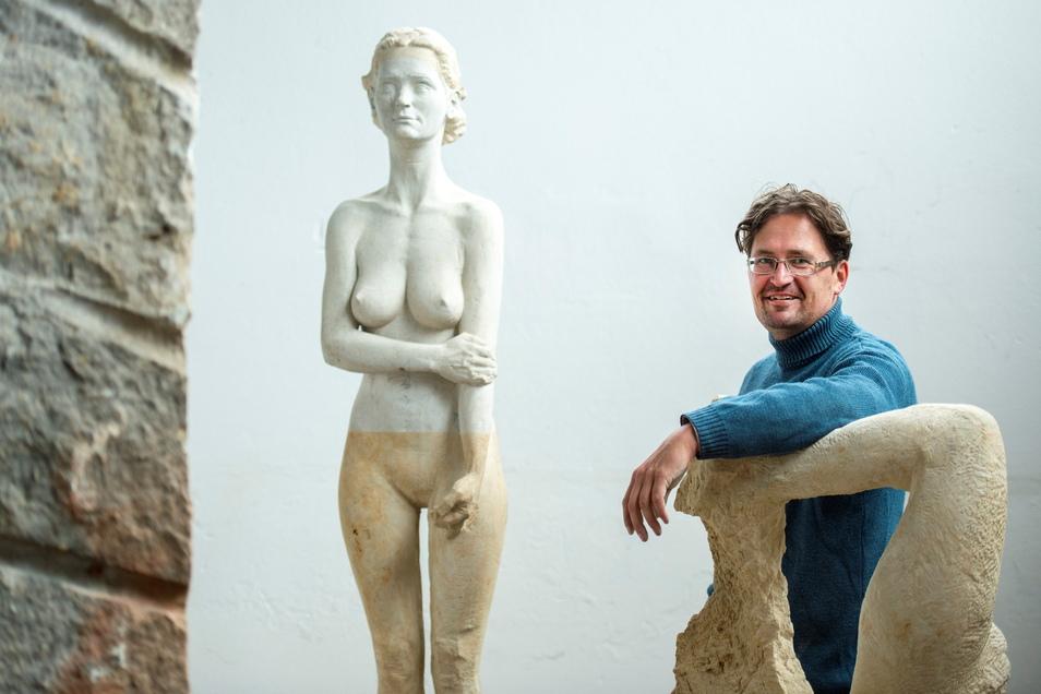 Steinmetz Kai Nitzsche baut in seiner Werkstatt nicht nur profane Dinge aus Sandstein, wie Bausteine für Toreinfahrten, Freitreppen oder Fenstereinfassungen. Er betätigt sich auch künstlerisch, bearbeitet den Stein zu Skulpturen und Plastiken.