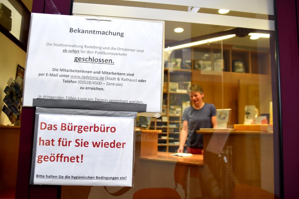 Das Bürgerbüro im Radeberger Rathaus hat wieder geöffnet. Besucher müssen einige neue Regeln beachten. Hier können jetzt auch Termine für alle anderen Ämter der Stadtverwaltung vereinbart werden.