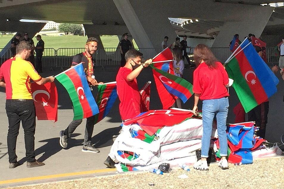 Vor dem Stadion in Baku werden Fahnen der Türkei und von Aserbaidschan kostenfrei an Zuschauer verteilt.
