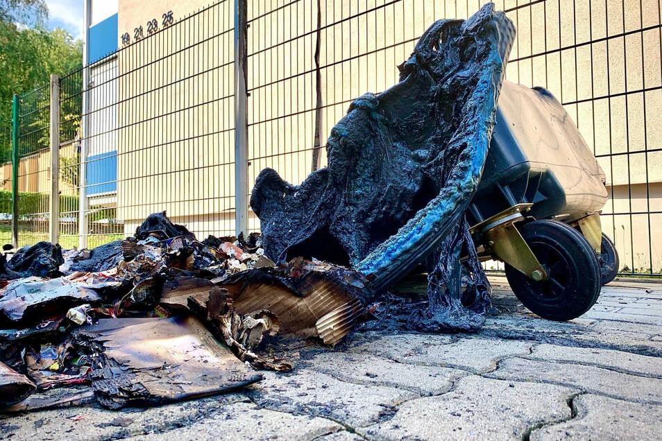 Die abgebrannten Mülltonnen auf der Waldstraße Heidenau neben einem Wohnblock.