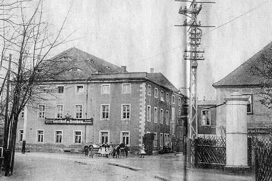 Blick auf den Sächsischen Wolf (vormals Gasthof zu Deuben) von der Poisentalstraße aus gesehen. Im Erdgeschoss die Gaststube mit 120 Plätzen und einem Bühnenpodest, darüber der große Saal. Unsere Abbildung stammt von 1920.