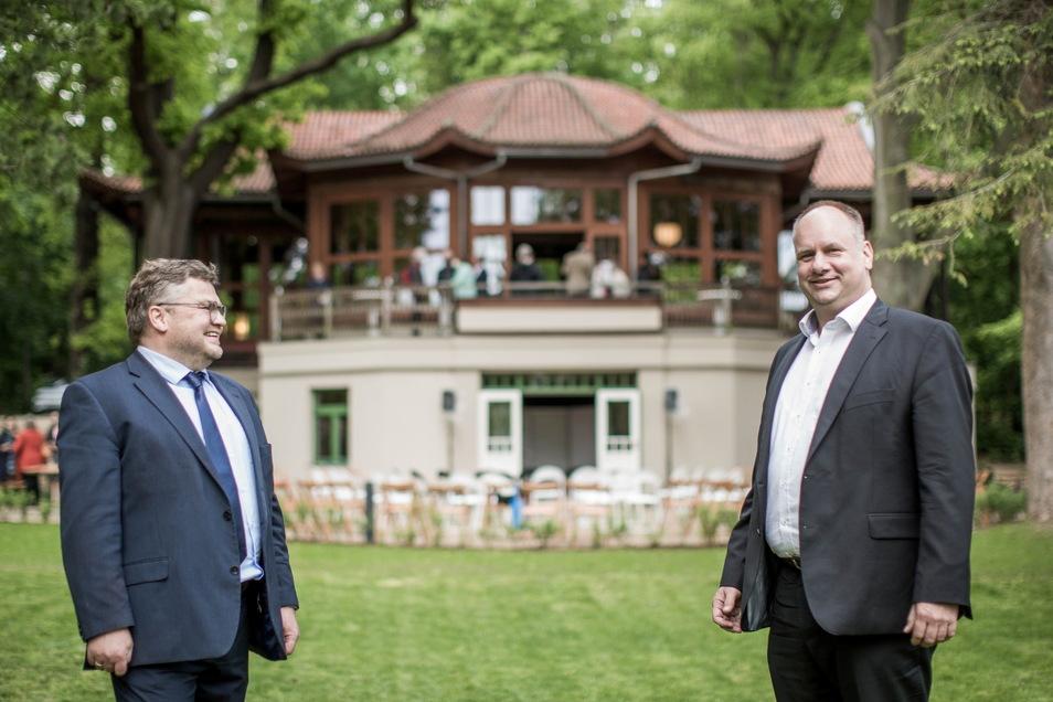 Hoffen, dass der Pavillon bald ein offenes Haus für den Weißen Hirsch und ganz Loschwitz wird: Oberbürgermeister Dirk Hilbert (r.) und Vereinsvorsitzender Henning Heuer.