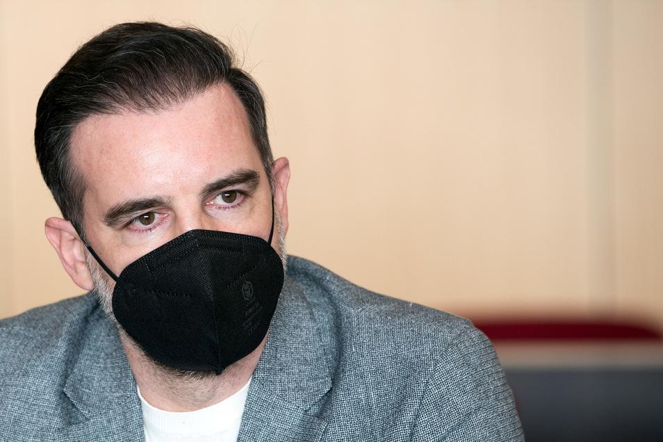 Christoph Metzelder, ehemaliger Fußball-Nationalspieler, sitzt in einem Saal des Amtsgerichts auf der Anklagebank.