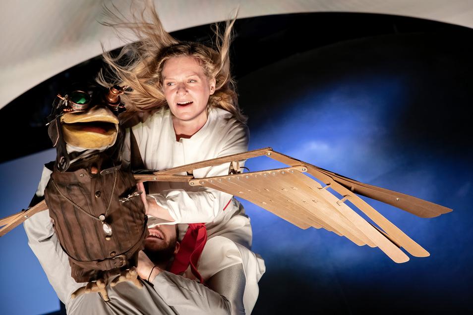 Auf der Schwalbe Richtung Freiheit: Däumelinchen, gespielt von Ulrike Sperberg am Theater Junge Generation in Dresden.
