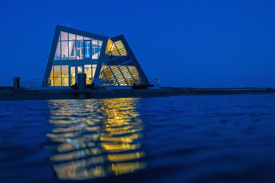 Aus drei Holzwürfeln ist die verschachtelte Form des autarken Hauses am Bergheider See entstanden. Die stehen für Wärme, Energie und Wasser – die drei Dinge, die das Haus gleich selbst übernimmt und managt.