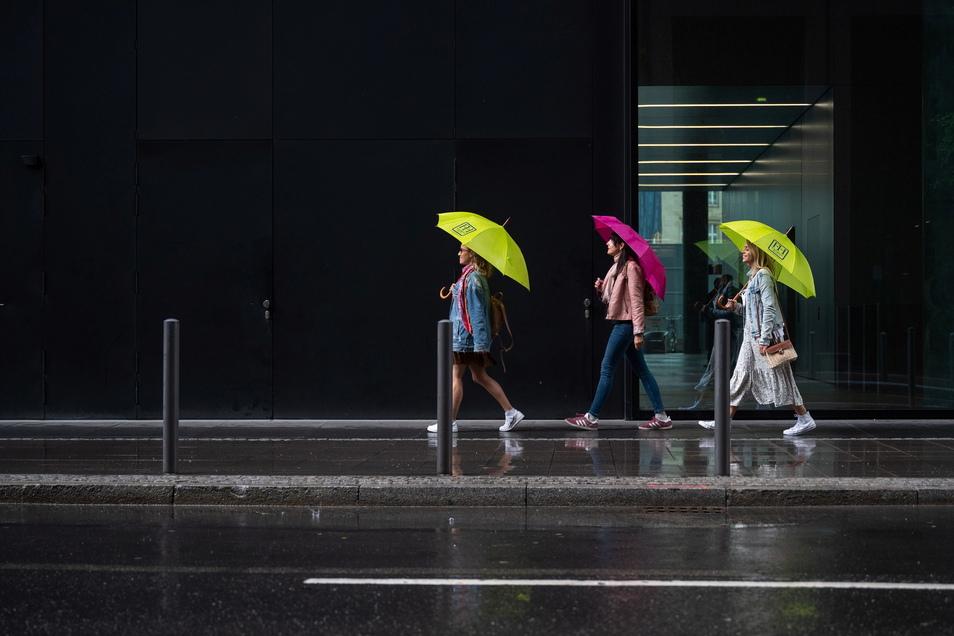 Einen Regenschirm sollte man am Wochenende besser dabei haben.