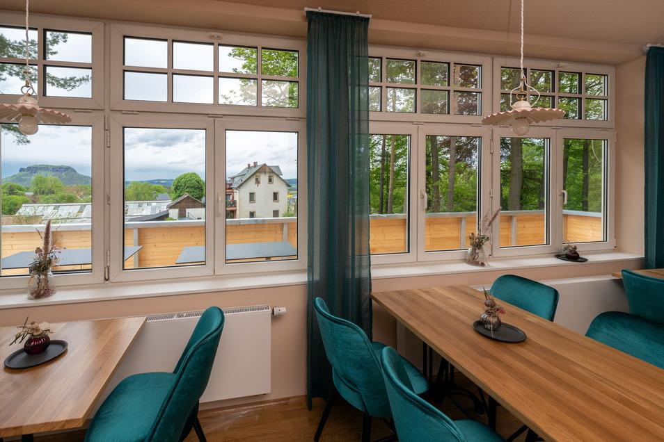 Vom Gastraum und der neu gebauten Terrasse können Besucher den Blick hinüber zum Lilienstein genießen.