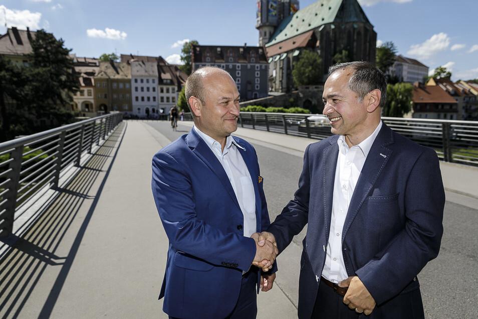 Ein Foto aus Vor-Corona-Zeiten: Rafal Gronicz (links) und Octavian Ursu stehen auf der Görlitzer Altstadtbrücke.