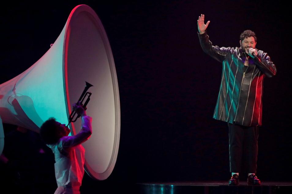 """James Newman aus Großbritannien singt """"Embers"""" beim großen Finale des Eurovision Song Contest. Er bekam keinen einzigen Punkt."""