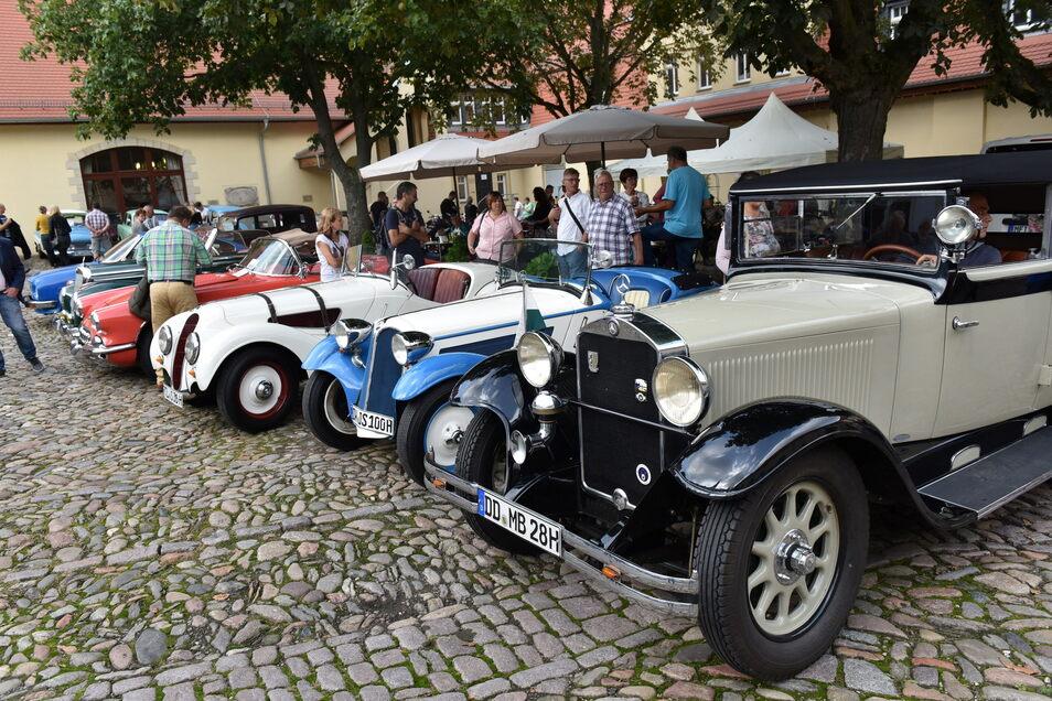 Fans alter Autos kamen am Sonntag am Schloss Burgk auf ihre Kosten. Hier konnte man rund 100 Oldtimer bestaunen - der Älteste von 1925.