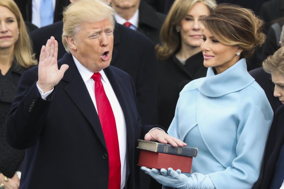 Donald Trump legte neben Ehefrau Melania, die die Bibel in den Händen hält, am 20.01.2017 in Washington, USA, den Amtseid als 45. Präsident der Vereinigten Staaten Amerikas ab.