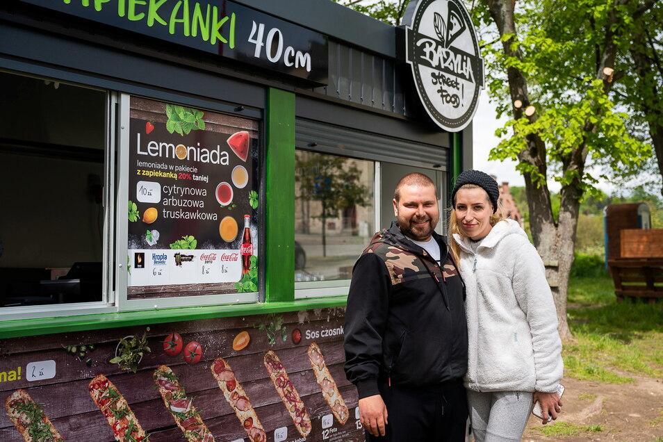 Mateusz Fijalkowski und seine Frau Ada Fijalkowska i vor ihrer Bazylia Streetfood Bude neben der Altstadtbrücke in Zgorzelec: Zur Fußball-EM gibt es Public-Viewing.