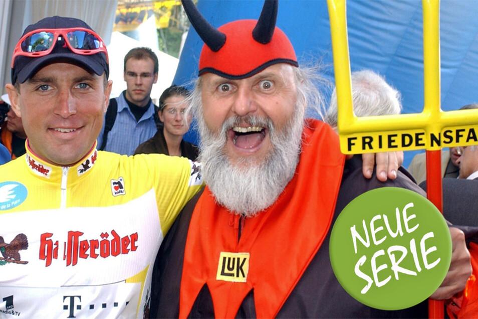 Zwei Freunde des Radsports. Steffen Wesemann, Sieger bei der Friedenfahrt 2006, umarmt den als Teufel verkleideten Didi Senft nach der Ankunft in Frankfurt.