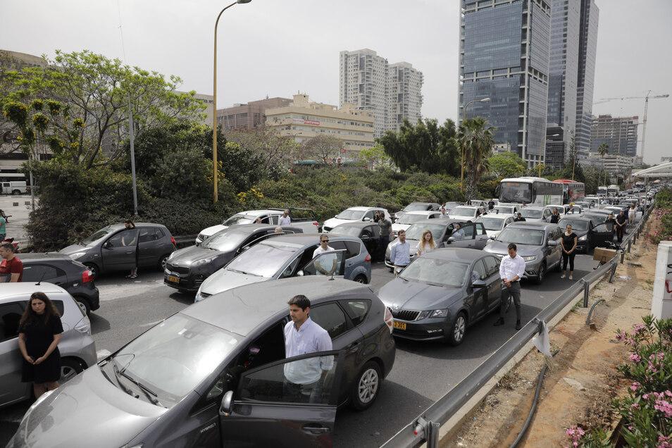 Israelis stehen neben ihren Autos, während Sirenen landesweit zwei Minuten heulen, im Gedenken an sechs Millionen Juden, die während des Holocausts ums Leben kamen.