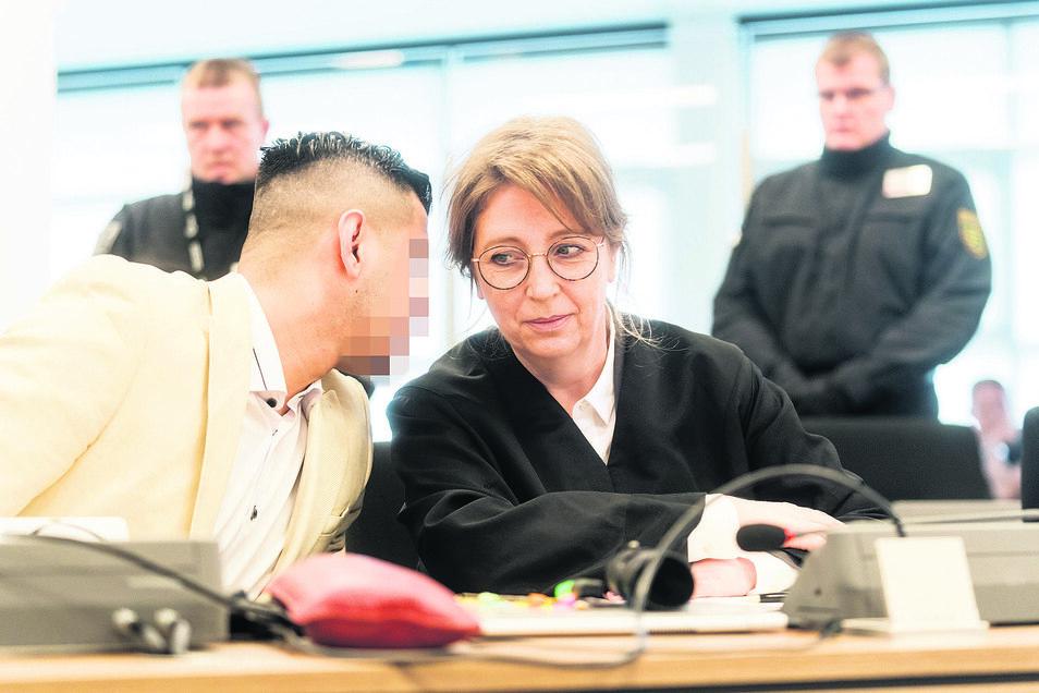 Der Angeklagte Alaa S. bespricht sich am Montag am ersten Prozesstag mit seiner Anwältin Ricarda Lang.