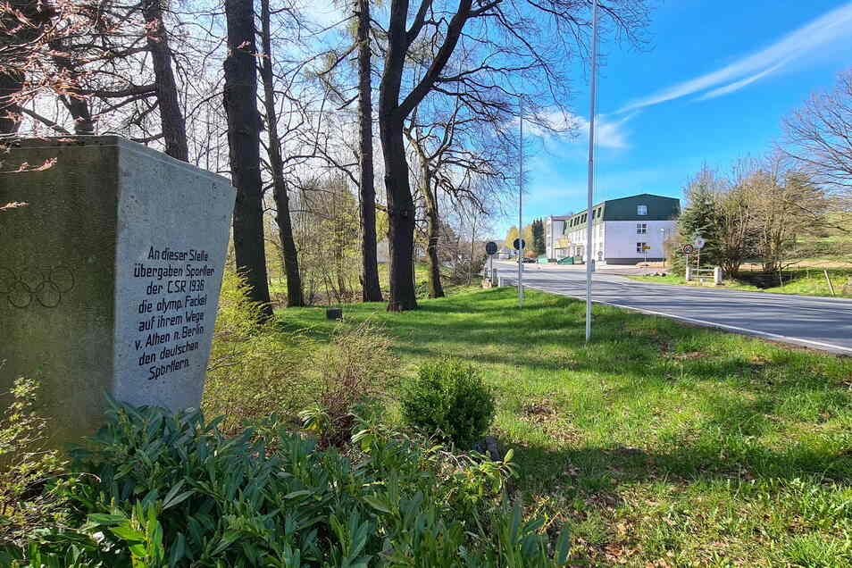 Das Olympia-Denkmal am Grenzübergang Hellendorf-Petrovice.