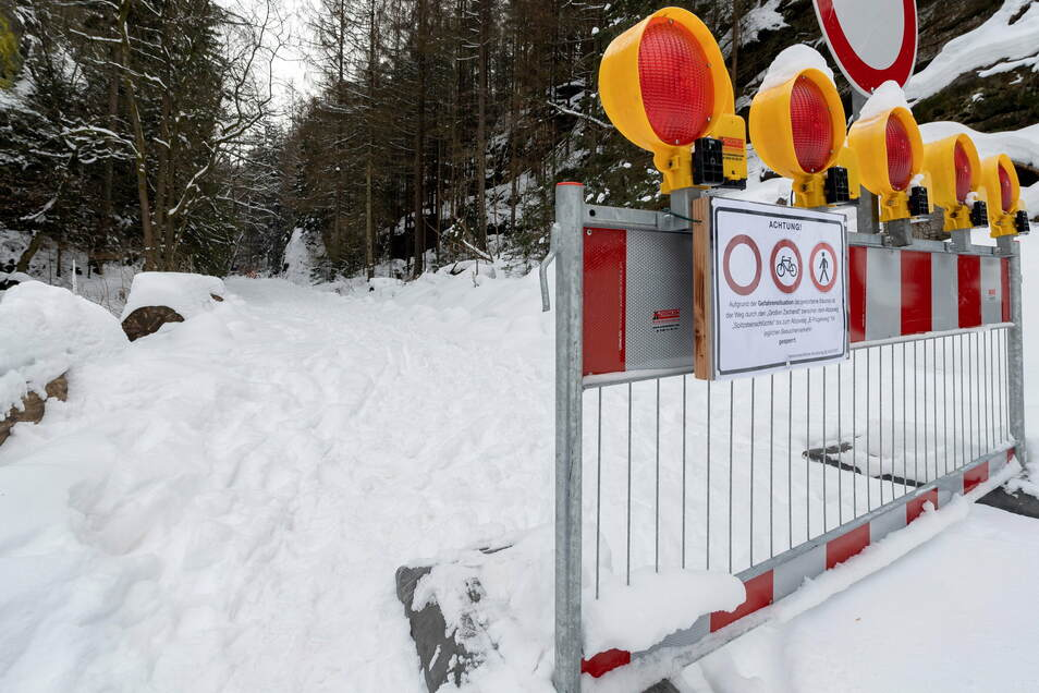 Absperrung am Eingang in den Großen Zschand: Der Weg ist wegen Baumsturzgefahr gesperrt.