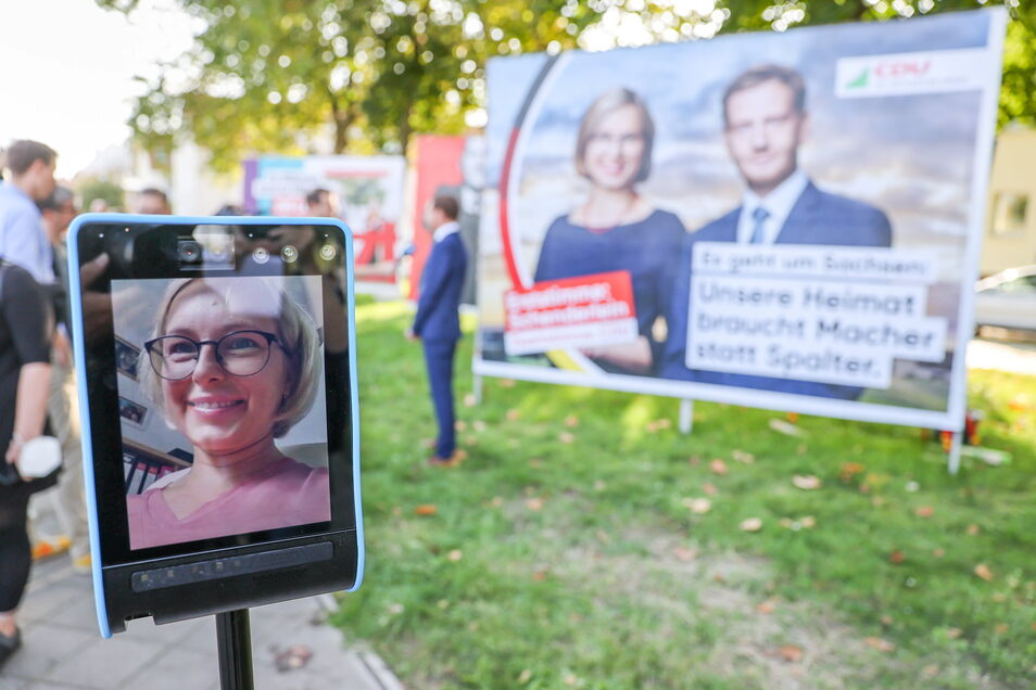 Über eine Roboterkamera nimmt die Direktkandidatin der CDU in Nordsachsen, Christiane Schenderlein, an dem Wahlkampftermin teil.