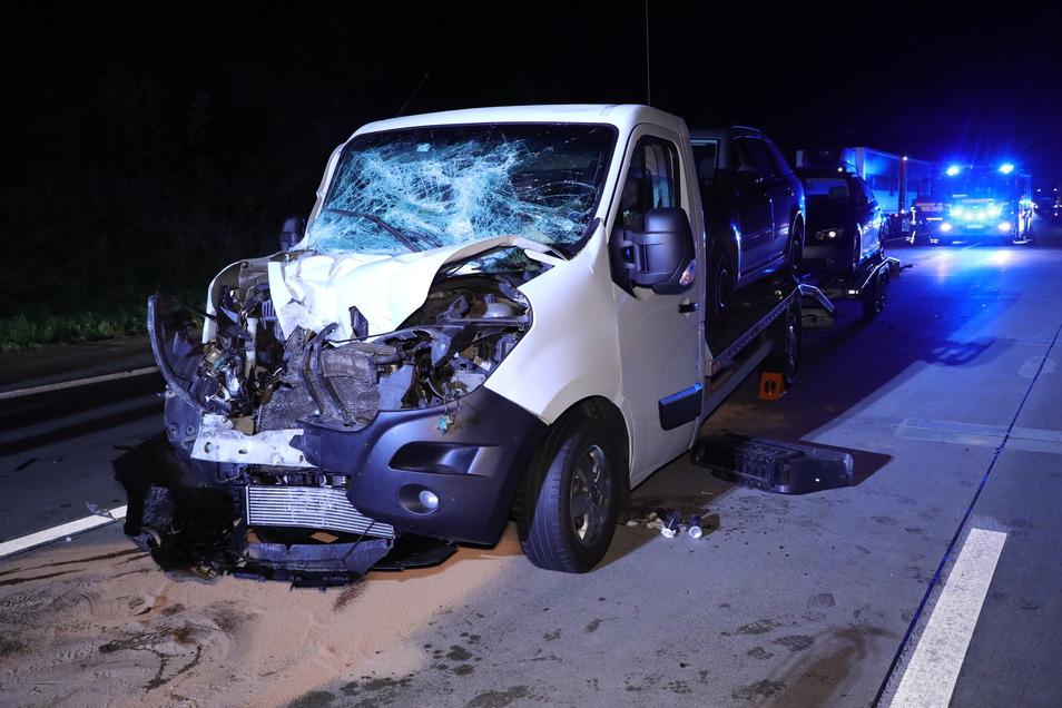 Dieser Transporter, der auf seinem Hänger Autos geladen hatte, verunglückte auf der A4 in Dresden.