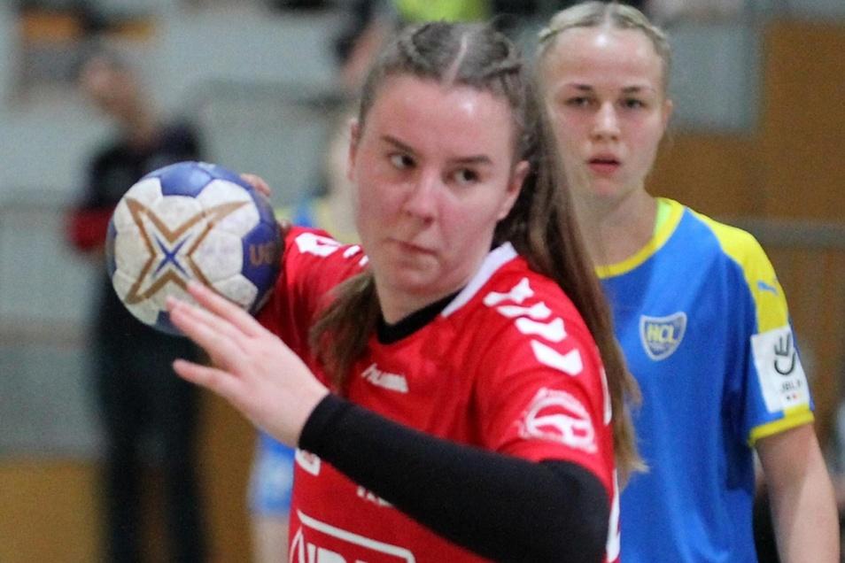 Betty Kulke (in Rot) gelangen zwölf Treffer für den SC Hoyerswerda – aber das bessere Ende hatte doch der HC Leipzig II für sich.