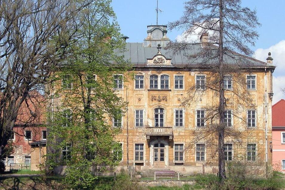 Schloss Lauterbach 2006, nachdem es fast 30 Jahre leer gestanden hatte und Rumpelkammer der Gemeinde war.