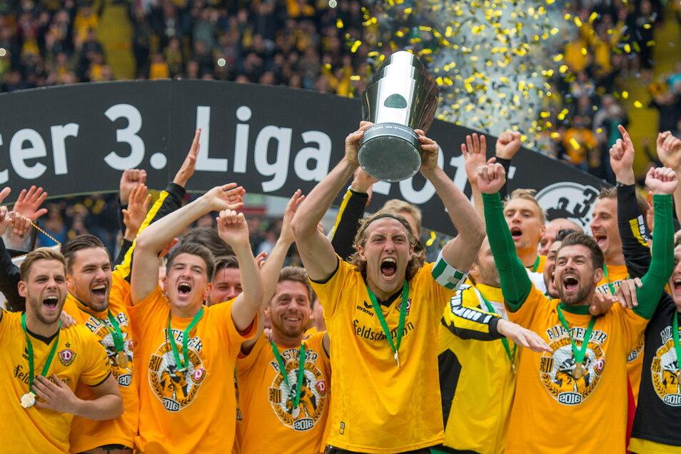 Es ist sein Moment für die Ewigkeit, wie er auch mit fünf Jahren Abstand sagt: Als Dynamos Kapitän reckt Michael Hefele im Mai 2016 den Meisterpokal hoch.