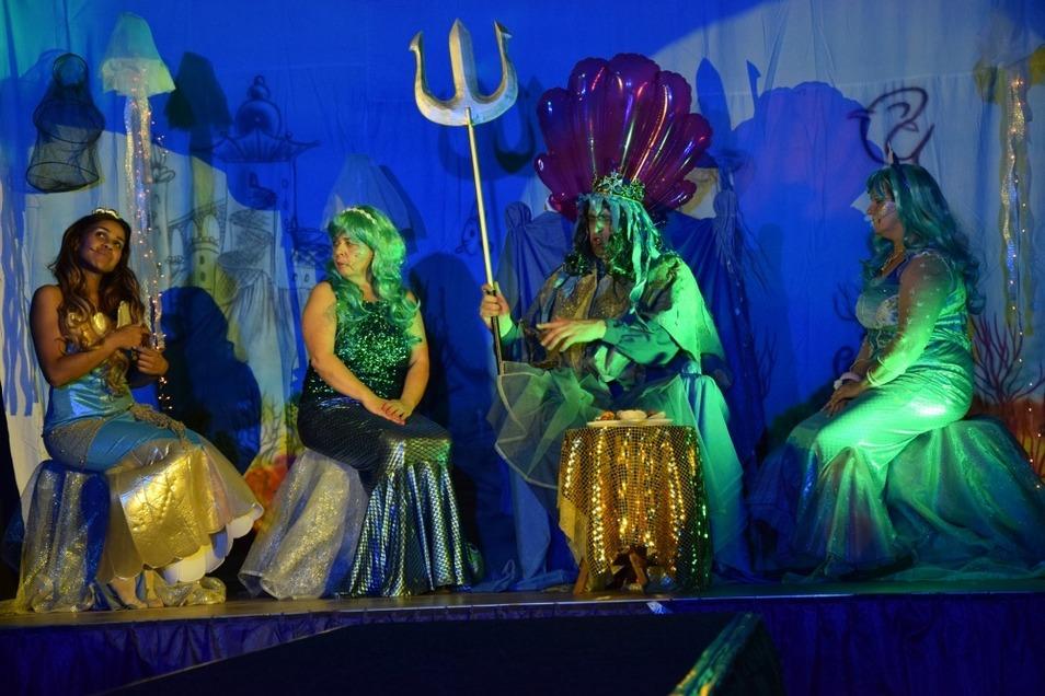 Aquarella (gespielt von Kerstin Arnold), der Meereskönig (Lars Klösel) und Gesine (Ulrike Altmann) sind die Familie der Kleinen Meerjungfrau Undine (links, Franziska Casper). Die Lehrer und Erzieher der Einrichtung begeisterten bei mehreren Aufführungen m