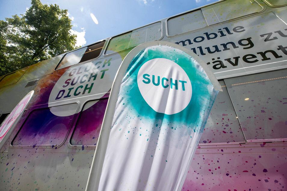In dem Bus wurden auf zwei Ebenen insgesamt acht Stationen innovativ und interaktiv eingerichtet.