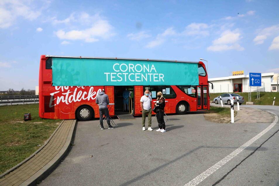 Der zur Teststation umfunktionierte Görliwood-Bus vor einigen Wochen an der A4.