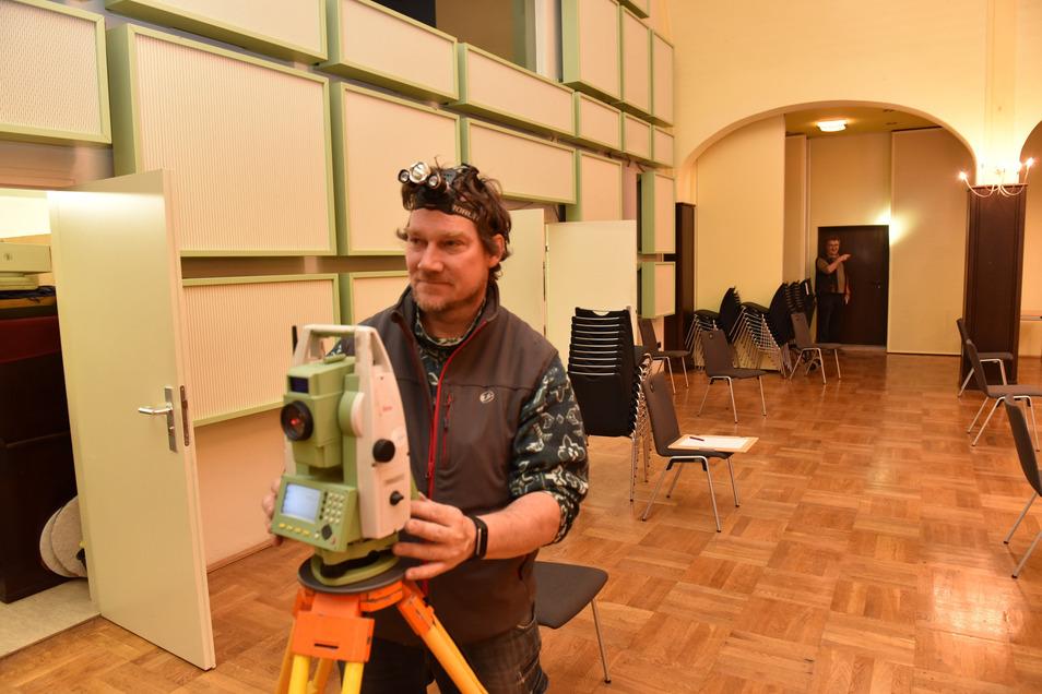Vermesser Ingolf Nücklich von der Industrievermessung Dresden bereitet im großen Parksaal die Umbauarbeiten für die Wiedereröffnung der Gaststätte vor.