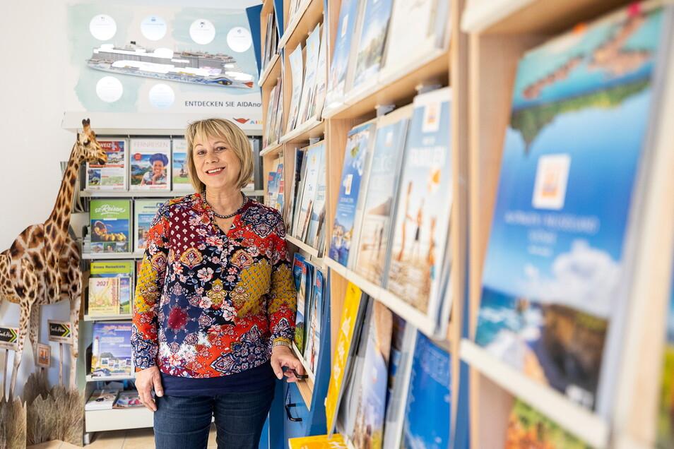 Diana Schirmer in ihrem Reisebüro auf dem Markt in Dippoldiswalde bietet ihren Kunden momentan Click & Collect an.