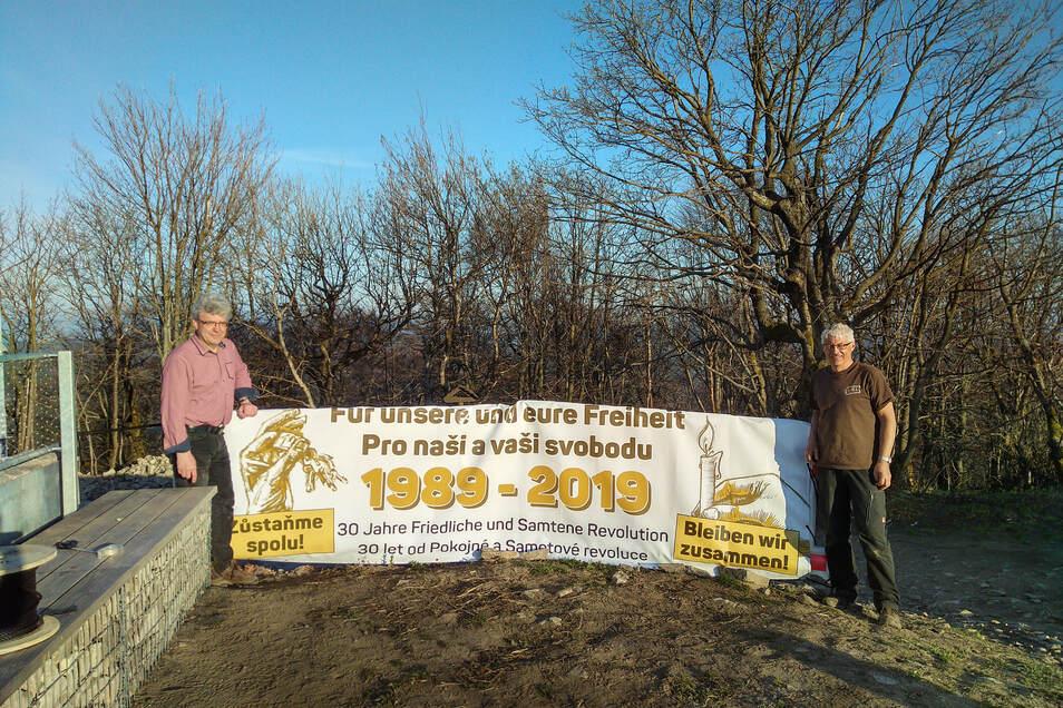 Ganz oben auf der Lausche haben Großschönaus Bürgermeister Frank Peuker (l.) und Andreas Prescher ein Zeichen gegen die Grenzschließung gesetzt.