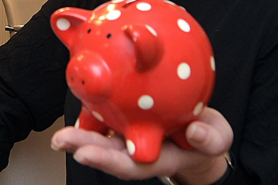 Im November 2020 ist der Angeklagte unter anderem wegen des Diebstahls eines Sparschweins verurteilt worden. Nun soll er sich wegen Raubes und Diebstahls verantworten.