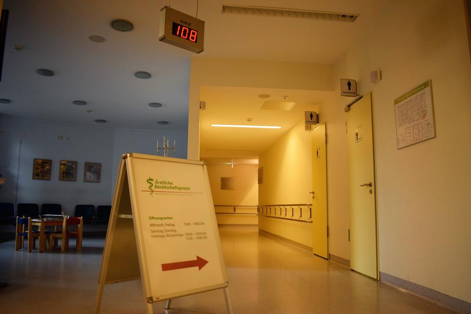 Notaufnahme im Städtischen Klinikum Görlitz: Hier weist ein großes Schild den Weg zur Bereitschaftspraxis, die sich jetzt auch extra um Kinder kümmert.