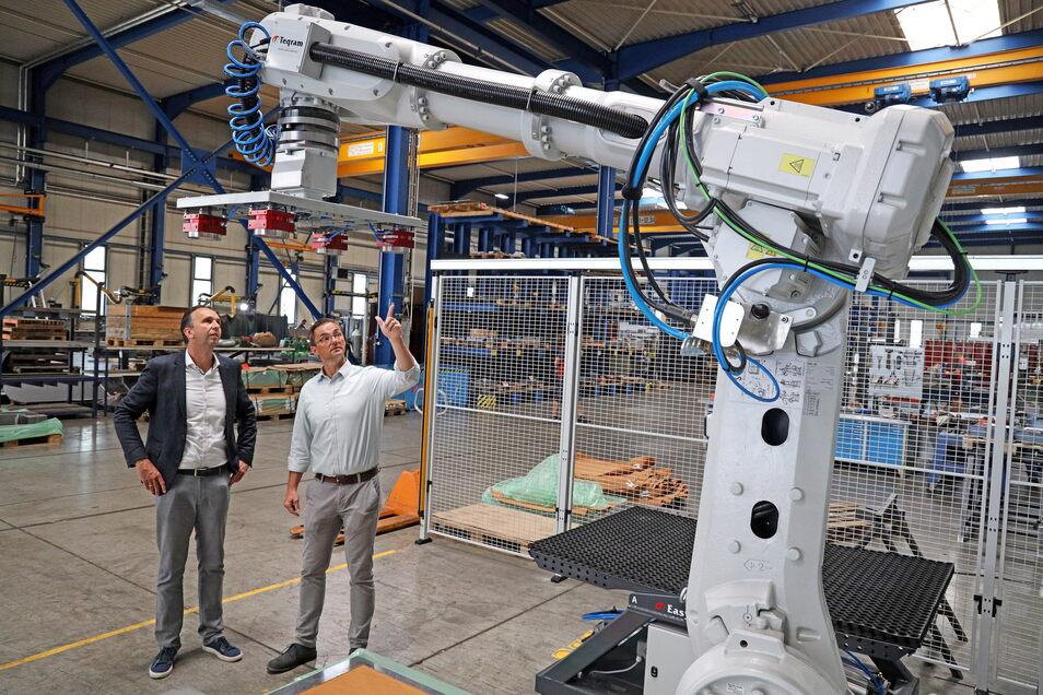 So sieht er aus, der neue Roboter: Rime-Betriebsleiter Sebastian Krybus (r.) zeigt Riesas OB Marco Müller die Neuanschaffung des Metallbau-Spezialisten.