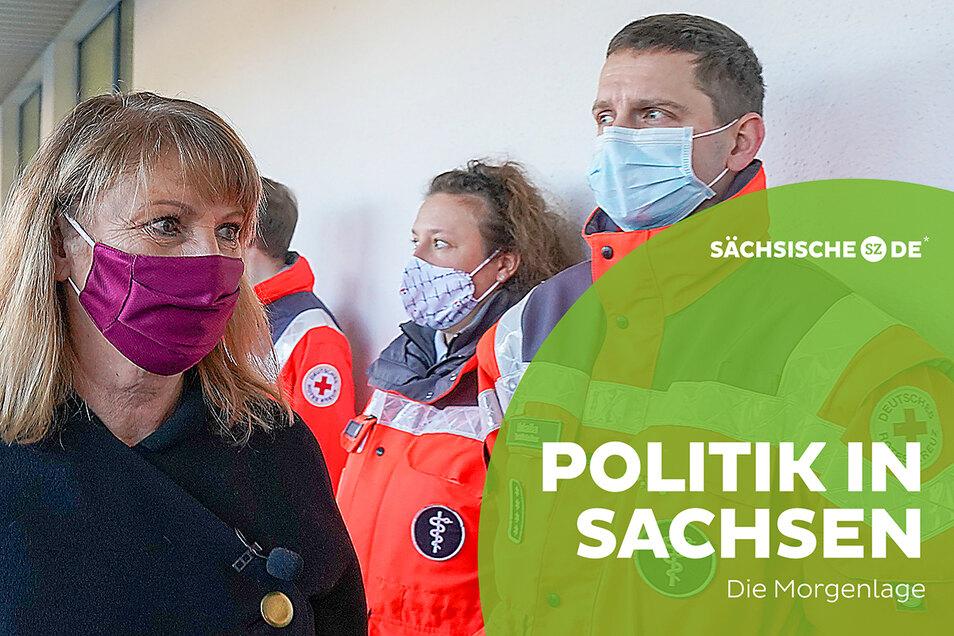 Sachsens Sozialministerin Petra Köpping (SPD) beim Besuch eines zukünftigen Impfzentrums.