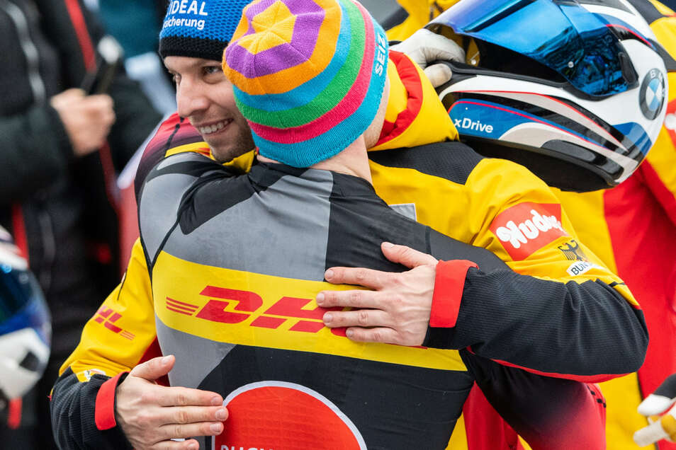 Zwei Oberbärenburger gratulieren sich gegenseitig zu ihren Top-Läufen: Nico Walther und Francesco Friedrich.